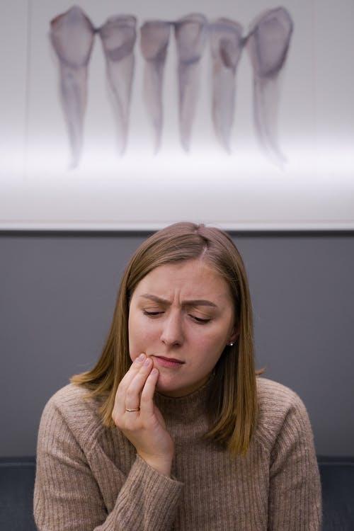 žena bolest zubů