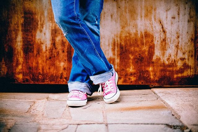 růžové tenisky a džíny