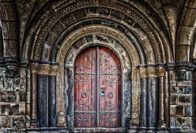 vstupní staré dveře