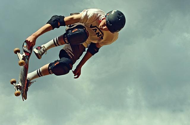kluk na skateboardu
