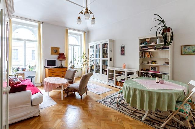 dva stoly v obýváku