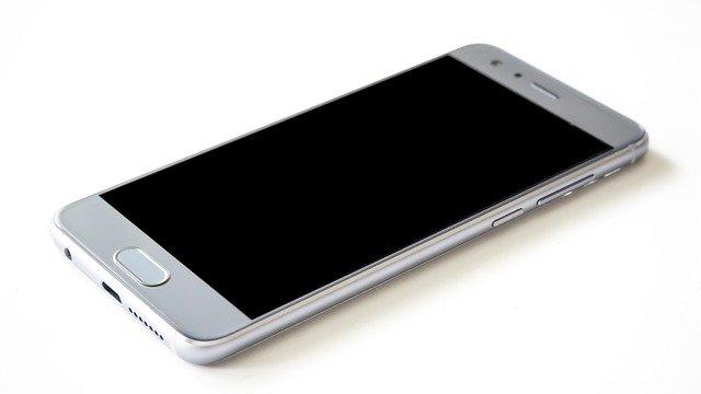 stříbrný mobil
