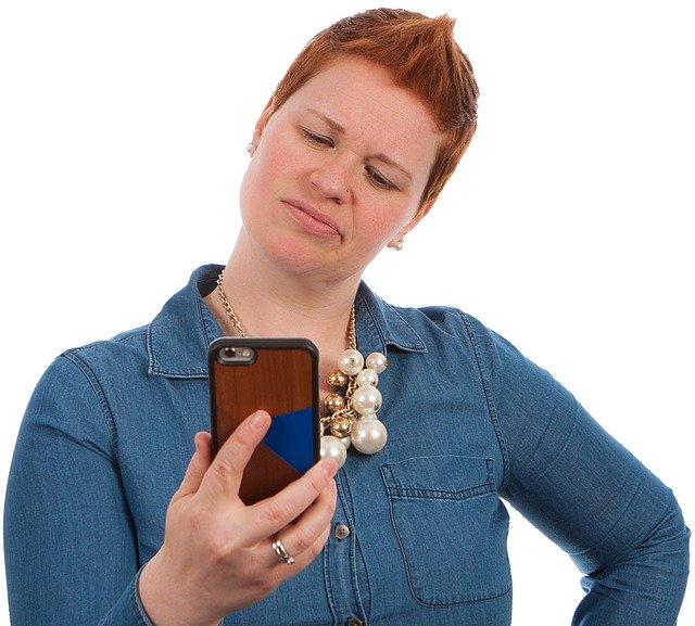 žena s hnědým mobilem